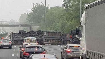 Un camion sur le flanc sur la E40 à Wetteren