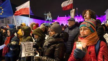 Devant le palais présidentiel à Varsovie, des manifestants protestent contre la réforme de la Justice du gouvernement polonais.