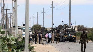 Des soldats somaliens se rassemblent sur le site de l'explosion d'une voiture piégée suicide qui a visé un convoi de véhicules de l'Union européenne (R) à Mogadiscio, en Somalie, le 30 septembre 2019