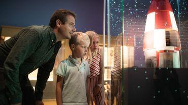 Nicolas Xavier Ladouce et ses enfants devant la fusée d'Hergé