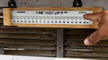 Un Indien pointe du doigt la température indiquée par un thermomètre à Churu en Inde