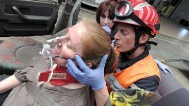 Un pompier pratique de l'hypnose sur une victime pour la soulager, lors d'un exercice le 28 mai 2013 à Haguenau dans l'Est de la France