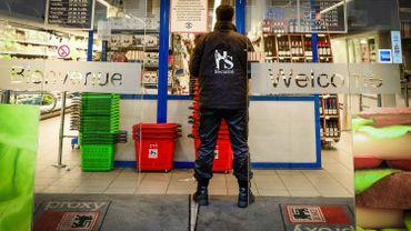 Delhaize a renforcé la sécurité dans et autour de ses magasins suite à l'attaque survenue vendredi.