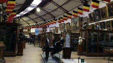 L'ambiance d'authenticité du musée doit beaucoup aux vitrines d'exposition qui rassemblent une quantité impressionnante d'objets (armes, uniformes, mannequins en uniforme...)