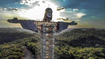 Vue de la statue du Christ protecteur en construction à Encantado au Brésil, le 9 avril 2021