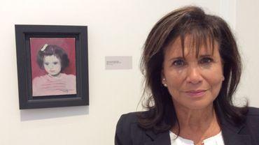 Anne Sinclair devant son portrait par Marie Laurencin