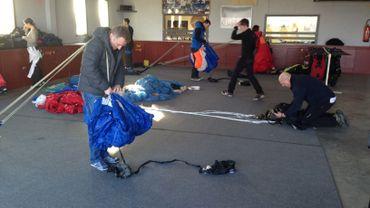 Les parachutistes se préparent avant le premier saut.