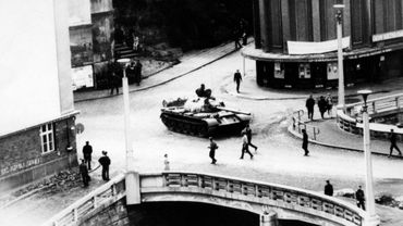 Un char soviétique à Prague lors de l'invasion de la Tchécoslovaquie en août 1968