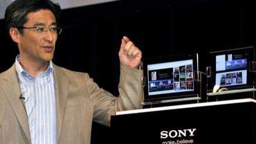 Kunimasa Suzuki, vice-président de Sony, présente le 26 avril 2011 à Tokyo deux nouvelles tablettes numériques