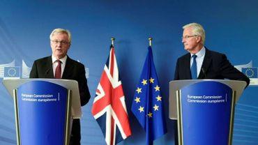 Le négociateur en chef du Brexit pour le Royaume-Uni David Davis et son homologue européen Michel Barnier.