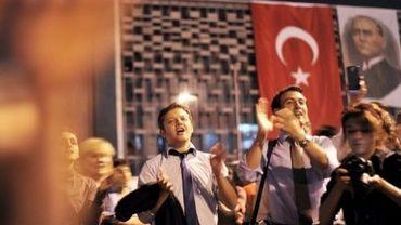 Des manifestants anti-gouvernement scandent des slogans sur la place Taksim à Istanbul, le 14 juin 2013