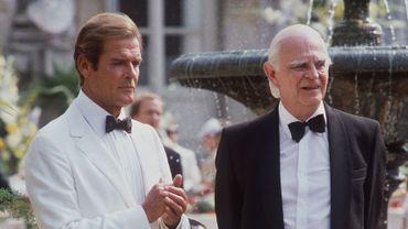 """Roger Moore (gauche) et Roger Willoughby sur le tournage du James Bond """"Dangereusement vôtre"""" en 1984"""