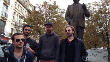 Mochélan Zoku sous la statue de Jules Destrée à Charleroi