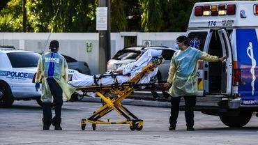 Des ambulanciers transportent un patient à un hôpital de Coral Gables, près de Miami, le 30 juillet 2020 en Floride