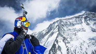 Rozov saute en base jump depuis l'Everest