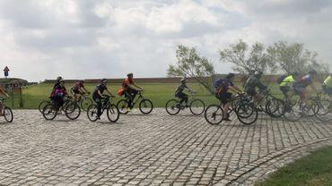 Des cyclistes souffrant d'un handicap sur la route du tour de Wallonie à Thuin