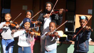 Le musicien Mlungisi Zulu avec des jeunes du centre Miagi.