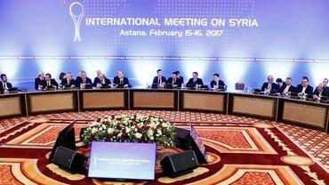 Des représentants du gouvernement syrien et des groupes rebelles lors des pourparlers de paix, le 16 février 2017 à Astana