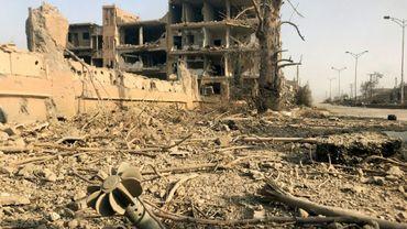 Photo prise le 4 novembre 2017 dans la ville de Deir Ezzor lors d'une opération des forces pro-régime contre le groupe Etat islamique, dans l'est de la Syrie
