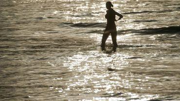 Une touriste sur une plage de l'île de Phuket le 14 février 2013