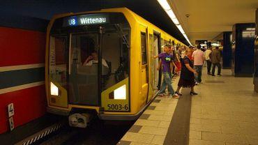 En Allemagne, un réfugié trouve 14.000 euros dans le métro et les remet à la police