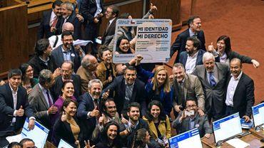 Des députés chiliens se réjouissent du vote d'une loi autorisant le changement de nom et de sexe dès 14 ans, le 12 septembre 2018 à Valparaiso