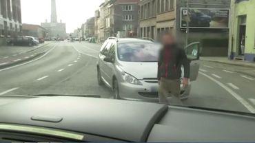 Une voiture a surgi et s'est mis autravers de la route pour bloquer le véhicule de la VRT.