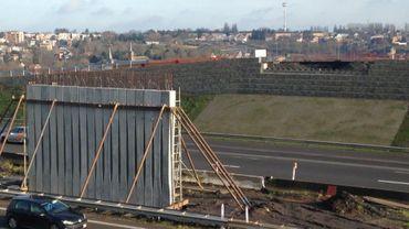 Les futures poutres seront posées entre la pile déjà placée au milieu de l'autoroute et le mur en arrière plan