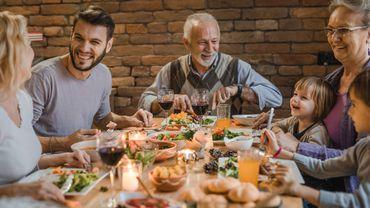 Des recherches antérieures ont montré que ceux qui mangeaient en compagnie d'autres personnes consommeraient jusqu'à 48% plus de nourriture que les personnes qui préfèrent casser la croûte en solo.