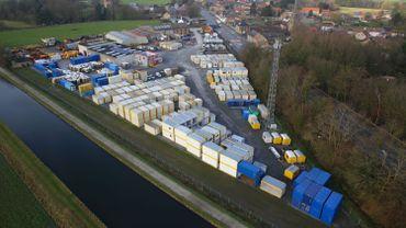 Des dizaines de conteneurs, toilettes et groupes électrogènes partent chaque jour du site de Stambruges vers des chantiers, festivals ou autres.
