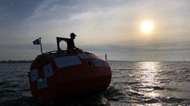 Jean-Jacques Salvin sur son tonneau, au large des îles Canaries, point de départ de la traversée