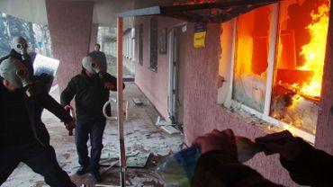 Des manifestants pro-russes prenant d'assaut un bâtiment de la police régionale à Horlivka (Gorlovka), près de Donetsk