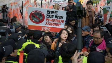 La police repousse des manifestants qui protestaient contre le convoi du président américain Donald Trump dans le centre de Séoul le 7 novembre 2017.