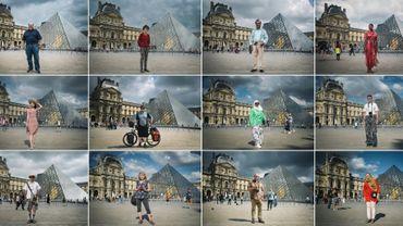 Une série de 12 photos d'archives montre des touristes de différents pays devant le muséee du Louvere à Paris le 15 août 2018