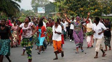 Des manifestants dans une rue de Bujumbura, le 13 mai 2015