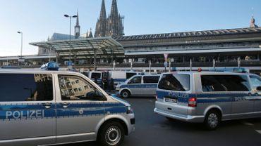 Les pompiers en nombre autour de la cathédrale de Cologne pour... quelques nuages