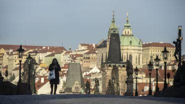 Marcheuse sur le pont Charles, à Prague, en mars 2020