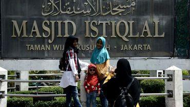 Un groupe d'Indonésiennes musulmanes le 6 juillet 2018 à Jakarta devant la mosquée Istiqlal