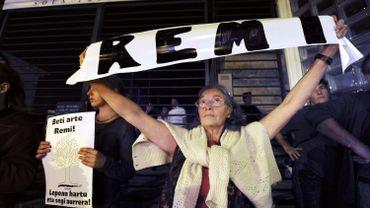 Une manifestante rend hommage à l'étudiant le 28 octobre