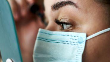 """Du """"no make-up"""" au retour de l'acné : ce que le masque a changé dans votre routine beauté."""