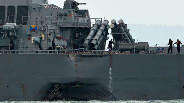 Le destroyer lance-missiles USS John S. McCain au large de Singapour, le 21 août 2017