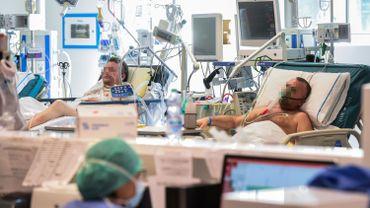 Des patients sont alités dans la nouvelle unité de soins intensifs pour coronavirus de l'hôpital Poliambulanza de Brescia, en Lombardie.