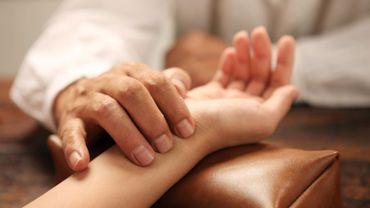 """L'EFT, ou """"technique de libération émotionnelle"""", est une thérapie psychocorporelle qui vise à traiter des blocages émotionnels liés à des événements passés, présents ou futurs, en utilisant la stimulation de méridiens d'acupuncture précis av"""