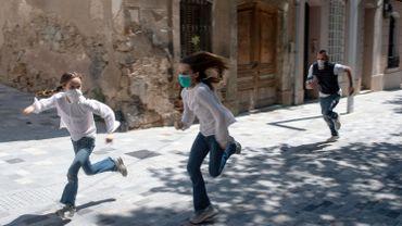 Joan, 45 ans, poursuit ses filles Ines, 11 ans et 9 mars, alors qu'elles jouent dans la rue le 26 avril 2020, à Barcelone, lors d'un verrouillage national pour empêcher la propagation de la maladie COVID-19.