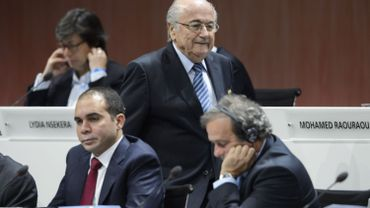 Sepp Blatter passe devant Michel Platini, maussade, vendredi, au Congrès de la FIFA.