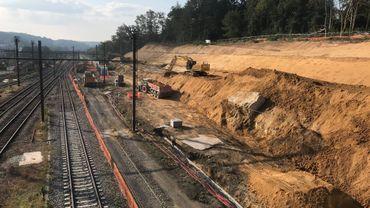 A Ottignies, des engins de chantier rabotent l'énorme talus surplombant la gare. 50.000 m³ de terres à évacuer! Objectif: élargir le plateau sur lequel seront installées les deux voies supplémentaires du RER. Le tronçon Ottignies Louvain-la-Neuve sera le premier à disposer des 4 voies RER du côté wallon, dès la fin 2023