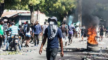 Des manifestants exigeant la démission du président Jovenel Moïse ont mis le feu à des pneus dans les rues de la capitale haïtienne le 28 octobre 2019