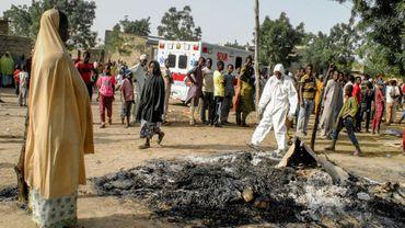 Des secouristes et des habitants sur les lieux d'un attentat suicide commis par quatre femmes kamikazes, le 15 mars 2017 à Maiduguri, au Nigeria