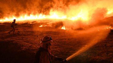 Des soldats du feu combattent un incendie en Californie le 2 août 2018