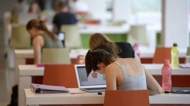 UClouvain: des tests avec bugs et des étudiants stressés avant les examens à distance, malgré les efforts des informaticiens  (illustration)
